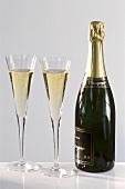 Eine Flasche Champagner und zwei Gläser Champagner