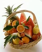 Korb mit ganzen und angeschnittenen Früchten