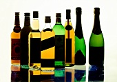 Mehrere alkoholische Getränke in Flaschen, teils etikettiert