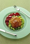 Lammbraten auf Kohlgemüse und roten Zwiebeln