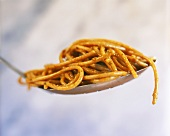 Spaghetti al pesto rosso (Spaghetti with tomato pesto)