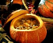 Kürbis-Fleisch-Suppe in ausgehöhltem Kürbis (Tansania)