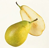 A whole pear and half a pear of the variety Gute Luise