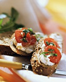 Wholemeal bread with quark and tomatoes
