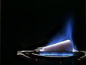 Feuerzangenbowle zubereiten: Zuckerhut anzünden