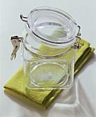 Ein leeres Einmachglas auf grüner Serviette