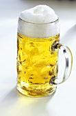 Eine Mass Bier mit Schaumkrone