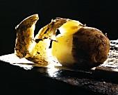 Eine halb geschälte Kartoffel