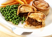 Small beef pie with peas