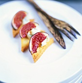 Figs with gorgonzola on toast triangles