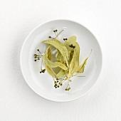 Lindenblütentee (ungekocht) auf Teller