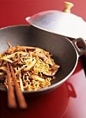 Nudeln mit Schweinefilet, Sprossen und Pilzen im Wok