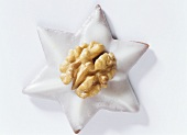 Cinnamon star with walnut