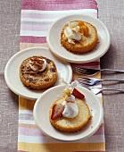 Drei verschiedene Rührkuchenstücke, im Glas gebacken