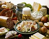 Brotzeit mit Wurstsalat und Bier aus Bayern