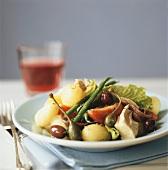 Salade niçoise on blue plate