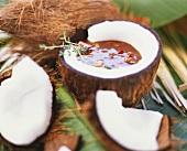 Gemüsesuppe in ausgehöhlter Kokosnuss (Karibik)
