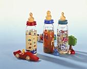 Drei Babyflaschen mit Säften