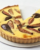 Fig and vanilla tart, partly sliced