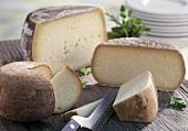 Verschiedene Sorten Pecorino mit Käsemesser