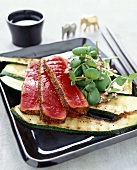 Tuna with pepper crust on grilled courgettes (Asia)