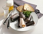 Räucheraal mit Brot, Bier und Schnaps
