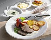 Tafelspitz mit zwei Saucen und Röstkartoffeln (Österreich)
