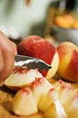 Pfirsiche kleinschneiden