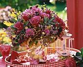 Spätsommerlicher Blumenstrauss mit Brombeeren
