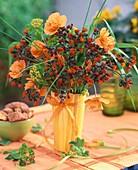 Sommerlicher Blumenstrauss in gelber Vase