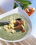 Grünkohlsuppe mit geräuchertem Aal und Kartoffeln