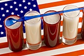 Mehrere Milchshakes auf USA-Flagge