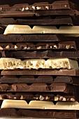 Stapel aus verschiedenen Schokoladentafeln