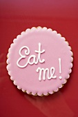 Rosa Plätzchen mit Aufschrift Eat me!
