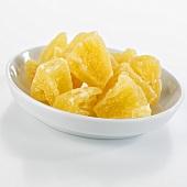 Kandierte Ananasstücke in einer Schale
