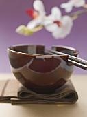 Asiatisches Gedeck (Serviette, Essschale und Stäbchen)
