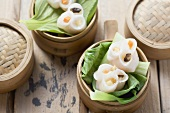 Dim sum on pak choi in bamboo steamers (China)