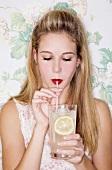 Mädchen trinkt Ingwer-Cordial
