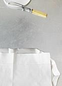 Silbertablett mit Leinenserviette, Fleischgabel