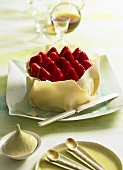 Mandel-Amaretto-Torte mit Erdbeeren