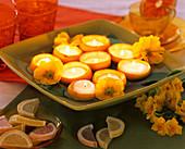 Teelichter in ausgehöhlten Zitronenhälften