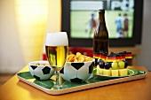 Bier, Häppchen und Knabberzeug für den Fernsehabend