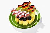Käsespiesse mit Fähnchen von Polen und Deutschland