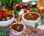 Tomatentarte und verschiedene Tomatensorten
