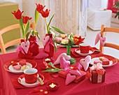 Rote Tischdeko mit Tulpen, Stoffherzen und Geschenken