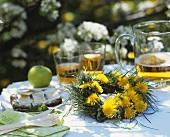 Löwenzahnkränzchen, Apfelsaft und Schwarzbrot mit Tortenbrie