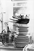 Schmutziges Geschirr in einer Küche (s-w-Aufnahme)
