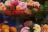Rosenblüten in einer Glasschale