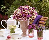 Blumenstrauss mit Nelken, Leberbalsam und Männertreu