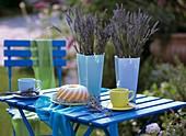 Zwei Vasen mit Lavendel auf Tisch im Freien